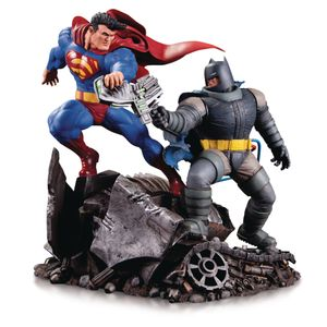 [Dark Knight Returns: Mini Battle Statue: Batman V Superman (Product Image)]